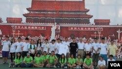 香港支聯會舉辦第三屆「廣場的日與夜」學生營,讓參加的學生體驗89學運學生在天安門廣場的感受(美國之音湯惠芸)
