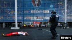 Les forces de police française opèrent lors d'un exercice de sécurité pour être préparées face aux risques d'attaques terroriste à l'extérieur du Parc Olympique Lyonnais (Stade des Lumieres), à Decines, près de Lyon, France, le 30 mai 2016.