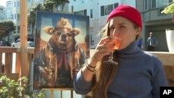 Seorang pelanggan meminum koktail bebas alkohol di bar bebas alkohol di San Francisco, Ocean Beach Cafe, 12 Februari 2021.