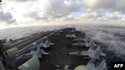 Pesawat-pesawat tempur AS siaga di kapal induk USS Dwight D. Eisenhower, yang kini ditempatkan di Laut Tengah (foto: dok).