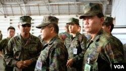 Sĩ quan quân đội Thái Lan kiểm tra cuộc di tản giả tưởng trong cuộc tập trận đa quốc Hổ Mang Vàng 2015.