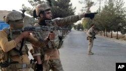 Pasukan khusus Afghan berpatroli di jalan yang saat pertempuran melawan kombatan Taliban di Lashkar Gah, Provinsi Helmand, selatan Afghanistan, Selasa, 3 Agustus 2021.