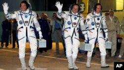 마이클 홉킨스(왼쪽) 올렉 코토프(가운데) 그리고 세르게이 랴잔스키 3우주인들이 25일 소유즈 우주선에 탑승하고있다.