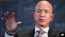 Jeff Bezos, fundador y director ejecutivo de Amazon, había dicho en 2013 que en poco tiempo drones llevarían compras a casas de clientes. Hasta la fecha no ha podido conseguir este propósito.