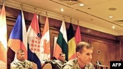 驻阿富汗美国和联军指挥官麦克克里斯托尔将军向媒体介绍情况