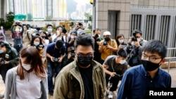(自右至左)前香港众志秘书长黄之锋、主席林朗彦及成员周庭2020年11月23日到达西九龙裁判法院出庭受审(路透社)