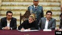 Presidenta interina, Jeanine Áñez, en el acto de promulgación de un Decreto Supremo para la indemnización a familiares de las víctimas de sucesos de octubre y noviembre 2019. Foto: Yuvinka G. Avilez.