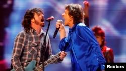 """Dave Grohl (kiri) dari band Foo Fighters tampil bersama Mick Jagger dari band legendaris, The Rolling Stones, dalam konser tur The Rolling Stones' """"50 & Counting"""" di Anaheim, California, 18 Mei 2013. (Foto: Mike Blake/Reuters)"""