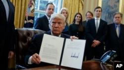 美國總統川普在白宮簽署的第一份行政令。