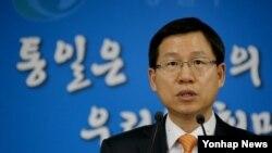 김의도 한국 통일부 대변인이 26일 정부서울청사에서 이산가족상봉 결과 등을 브리핑하고 있다.