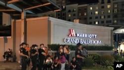 Pasukan keamanan bersenjata dan pengunjung berkumpul di luar hotel Marriot di kompleks Resorts World Manila, Filipina, 2 Juni 2017.