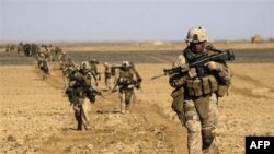 Binh sĩ NATO trong một cuộc hành quân ở miền nam Afghanistan