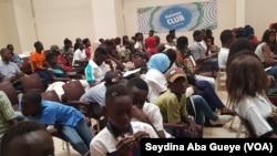 Des jeunes sensibilisés à leurs droits pour mieux se protéger contre certaines tentations et des abus, à Dakar, Sénégal, 15 septembre 2018. (VOA/Seydina Aba Gueye)