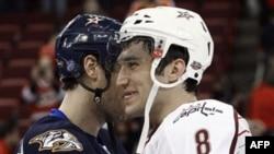 Участники матча всех звезд НХЛ Александр Овечкин (справа) и Шей Вебер обмениваются рукопожатием. Город Роли. Северная Каролина. США. 30 января 2011 года