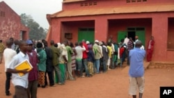 People stand in line to vote at a school serving as a polling station in Bangui, capital of the Central African Republic, 23 Jan 2011