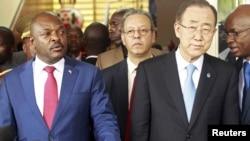 Le président Pierre Nkurunziza du Burundi, à gauche, et l'ancien Secrétaire général des Nations Unies Ban Ki-moon lors d'une conférence de presse à Bujumbura, 23 février 2016.