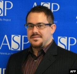 Joshua Foust, Amerika Xavfsizlik Loyihasi (American Security Project) degan tashkilotda faoliyat yuritadi