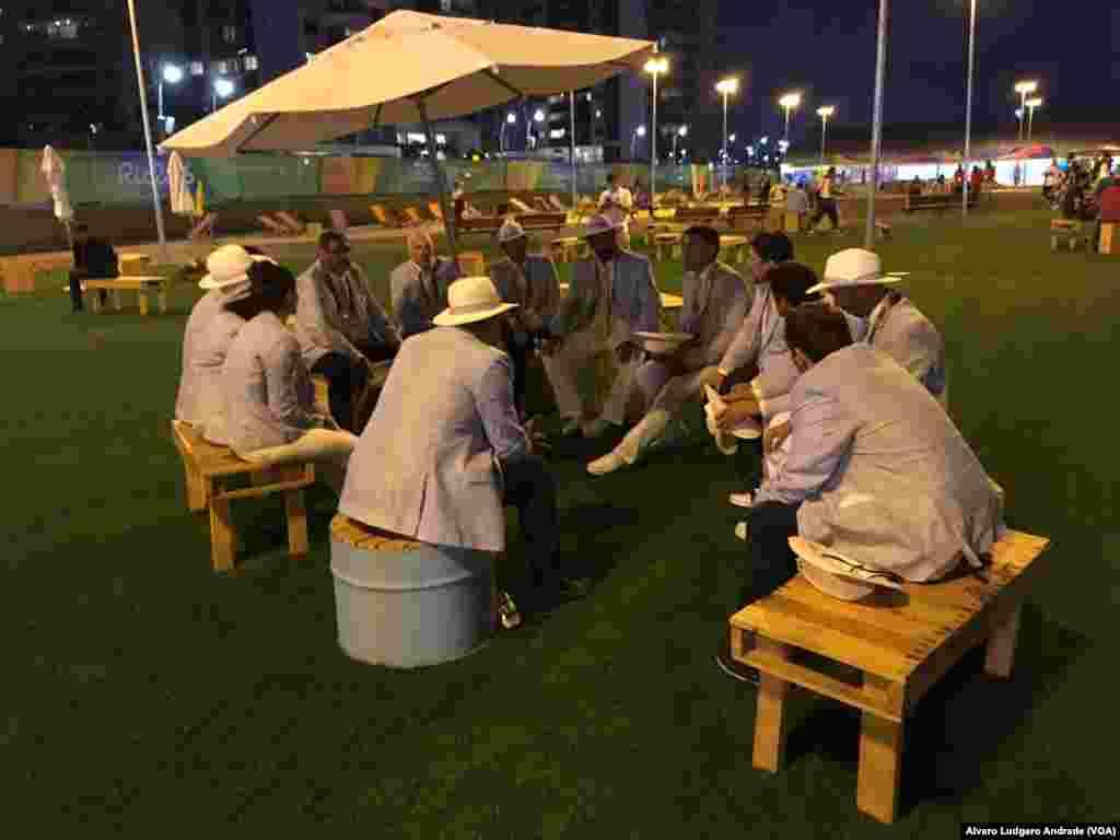 Une réunion dans la détente, au soir, dans le village olympique, à Rio de Janeiro, Jeux Olympiques de 2016, Brésil