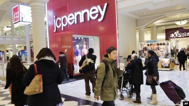 Compradores visitan una tienda J.C. Penney en Nueva York.