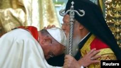 東正教徒的領袖普世牧首巴塞洛繆親吻教宗方濟各的頭,表示祝福。
