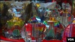 کراچی: بوتل گلی میں پرفیوم کی خوبصورت بوتلیں فروخت کیلئے رکھی ہیں۔