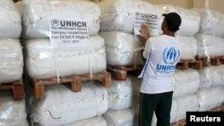 Một nhân viên LHQ sắp xếp các gói hàng viện trợ nhân đạo tại Dubai, Ả Rập, trước khi vận chuyển chúng tới Yemen ngày 14/5/2015.