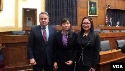 Dân biểu đảng Cộng hòa Chris Smith (trái) và Vũ Minh Khanh, vợ của Luật sư Nguyễn Văn Đài, sau một buổi điều trần về nhân quyền của Việt Nam tại quốc hội Mỹ ở Washington. Ông Smith lại một lần nữa đưa Đạo luật Nhân quyền Việt Nam vào nghị trình quốc hội Mỹ.