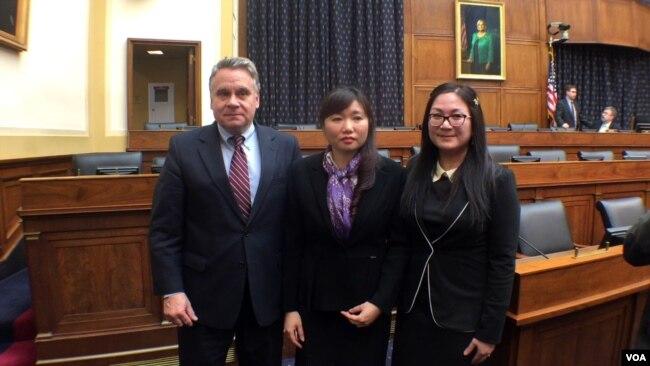 Dân biểu Hoa Kỳ Chris Smith và bà Vũ Minh Khánh (giữa), vợ của luật sư Nguyễn Văn Đài.