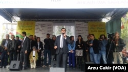 Selahattin Demirtas, salah satu pemimpin Partai Demokratik Rakyat Kurdi (HDP), berbicara pada kerumunan pemilih di Paris sebagai bagian dari kampanye pemilu.