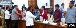 Staf Khusus Presiden untuk Papua Lenis Kagoyo bertemu dengan perwakilan mahasiswa dan pelajar Papua di Surabaya, di Gedung Negara Grahadi, Surabaya, 20 Agustus 2019. (Foto: Petrus Riski/Terkini.com)