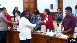 Staf Khusus Presiden untuk Papua Lenis Kagoyo, saat bertemu dengan perwakilan mahasiswa dan pelajar Papua di Surabaya, di Gedung Negara Grahadi, Surabaya, 20 Agustus 2019. (Foto: Petrus Riski/VOA)