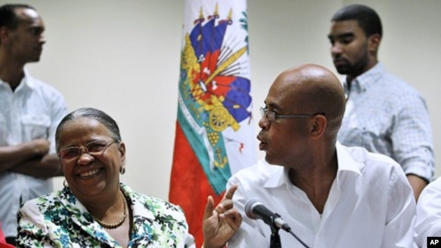 Haiti's presidential candidates Manigat and Martelly speak to each other before a news conference in Port-au-Prince, January 29, 2011