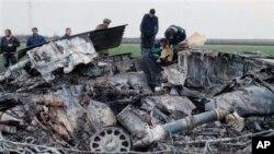 1999年3月28日,南斯拉夫军事专家在检查被击落的美军F-117隐形战机残骸