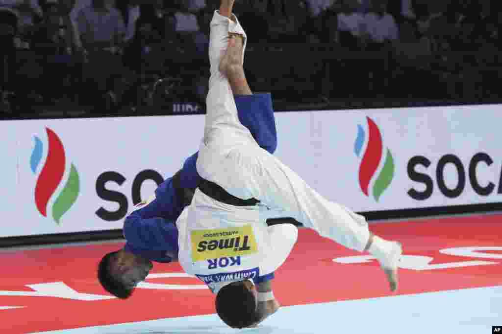 رقابت ورزشکاران کره جنوبی و ژاپن در مسابقات قهرمانی جودوی جهان در شهر توکیو.