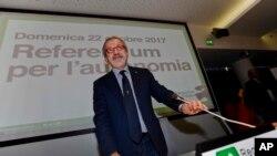 Presiden Wilayah Lombardi, Roberto Maroni, tiba di konferensi pers di markas Wilayah Lombardi di Milan, Italia, 22 Oktober 2017.