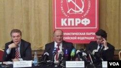 國會議員卡拉什尼科夫(左一)和俄共領袖久加諾夫(中間)。