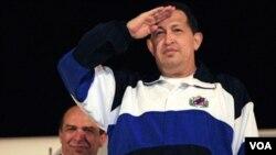 Presiden Venezuela Hugo Chavez memberikan penghormatan di bandara Havana, Kuba sebelum kembali ke Venezuela (4/7).