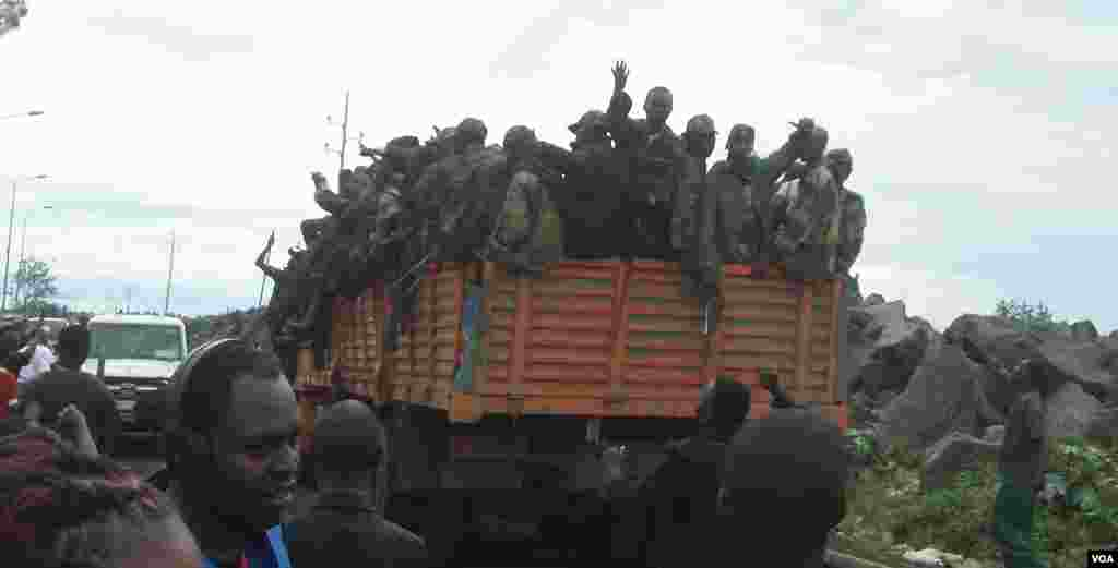 M23 rebels enter Goma, November 20, 2012. (A. Malivika/VOA)