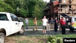 El personal de rescate es visto luego de que un bote se hundiera, en Table Rock Lake cerca de Branson, condado de Stone, Missouri.