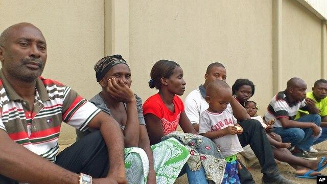 Família de Alves Kamulingue, incluindo a sua mãe;e, a esposa, Elisa, o filho de 2 anos, um primo e Tetê, esposa de Isaías Sebastião Cassule, raptado entretanto no Cazenga