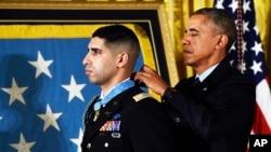 美國總統奧巴馬2015年11月12日在白宮東廳授予佛洛郎·格羅伯格榮譽勳章。