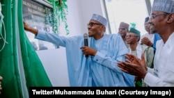 Le président Muhammadu Buhari inaugure le premier réseau de train léger destiné à désengorger les routes dans la région d'Abuja, au Nigeria, le 12 juillet 2018. (Twitter/Muhammadu Buhari)
