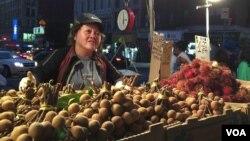 Bà Muội đứng bán hoa quả trên đường phố New York suốt 20 năm qua.