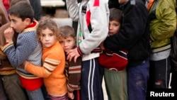 Trẻ em tỵ nạn Syria xếp hàng chờ nhận cứu trợ từ các cơ quan nhân quyền Thổ Nhĩ Kỳ tại trại tỵ nạn Bal al-Salam gần biên giới Thổ Nhĩ Kỳ, 22/12/2012