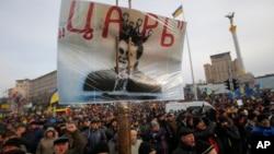 """Người biểu tình xuống đường cầm biểu ngữ và hình Tổng thống Ukraina Viktor Yanukovych với hàng chữ """"Sa hoàng"""" tại Quảng trường Độc lập ở Kiev, ngày 3/12/2013."""