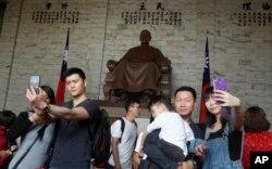 지난 4월 타이완을 방문한 중국인 관광객들이 타이베이 장제스 기념관에서 사진을 찍고 있다.