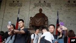 中國大陸觀光客2019年4月4日在台北中正紀念堂拍照留念