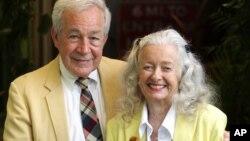 Noel Neill (derecha) quien junto a Jack Larson actuaron en los papeles de Luisa Lane y Jimmy Olson respectivamente, en Superman de 1950 falleció el domingo.