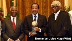 Akere Muna (à droite) remet un prix au palais de l'unité à Yaoundé à Paul Biya, son potentiel adversaire pour la présidentielle 2018, le 6 juin 2014. (Présidence de la république du Cameroun )