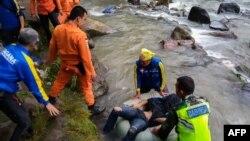 حادثے کے بعد امدادی سرگرمیاں جاری ہیں۔